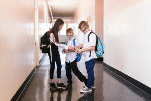 Uczniowie korytarz szkoła
