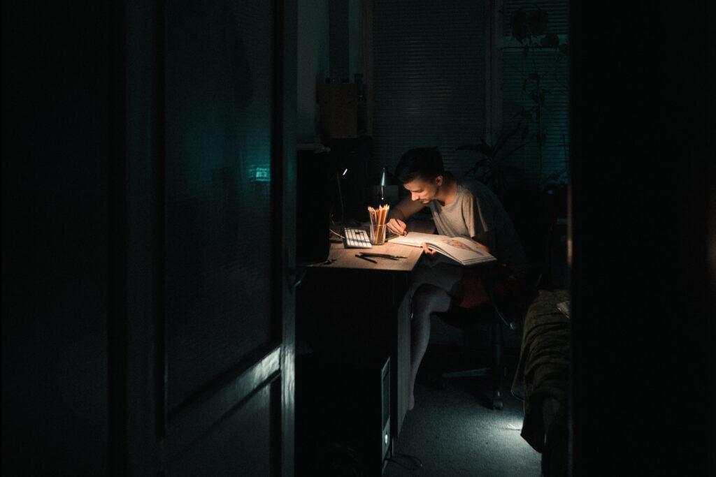 Mężczyzna pracujący późną nocą
