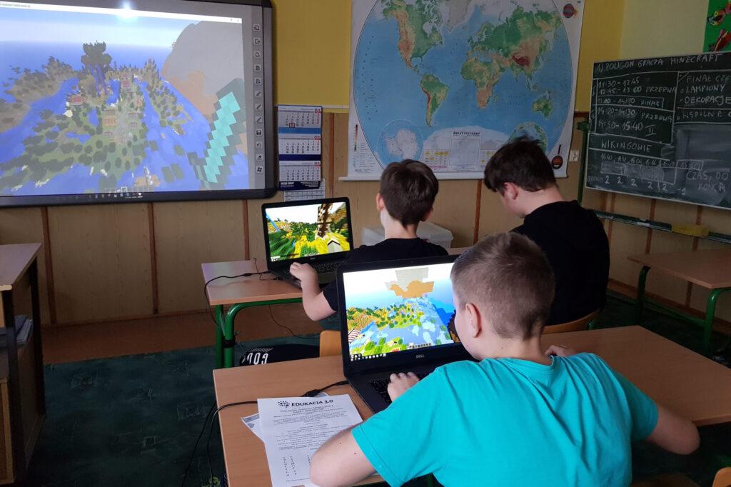 Zdjęcie przedstawia uczniów grających w Minecrafta