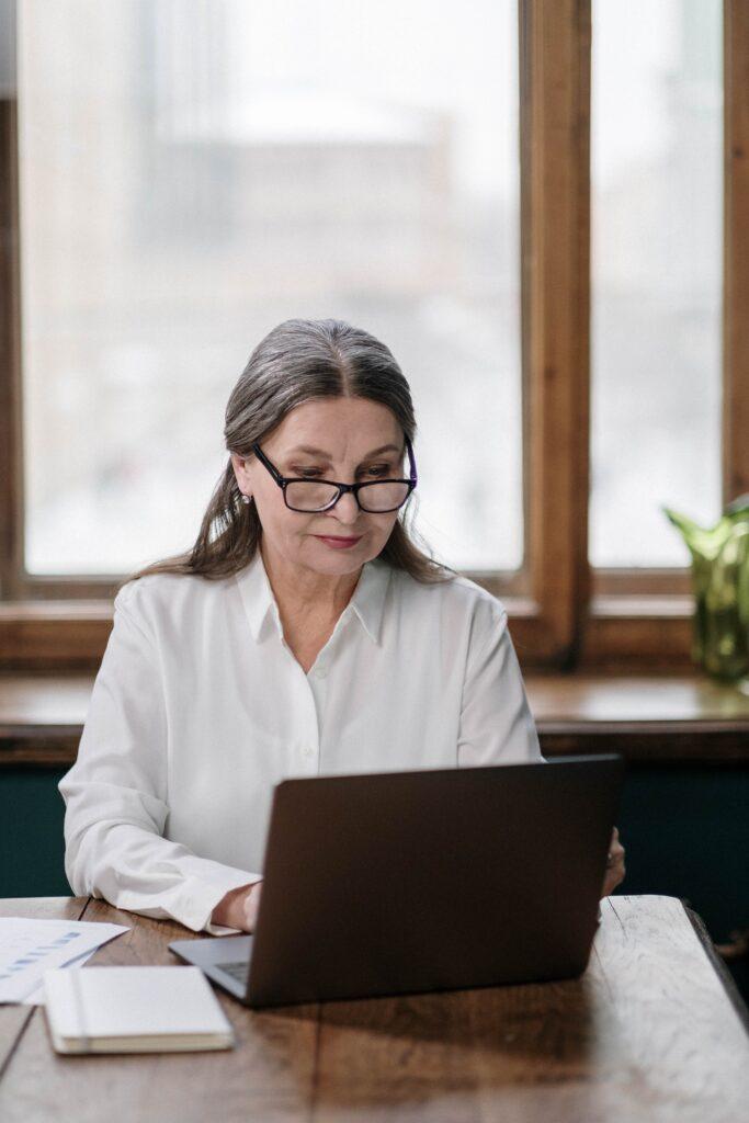 Nauczycielka pracująca na laptopie