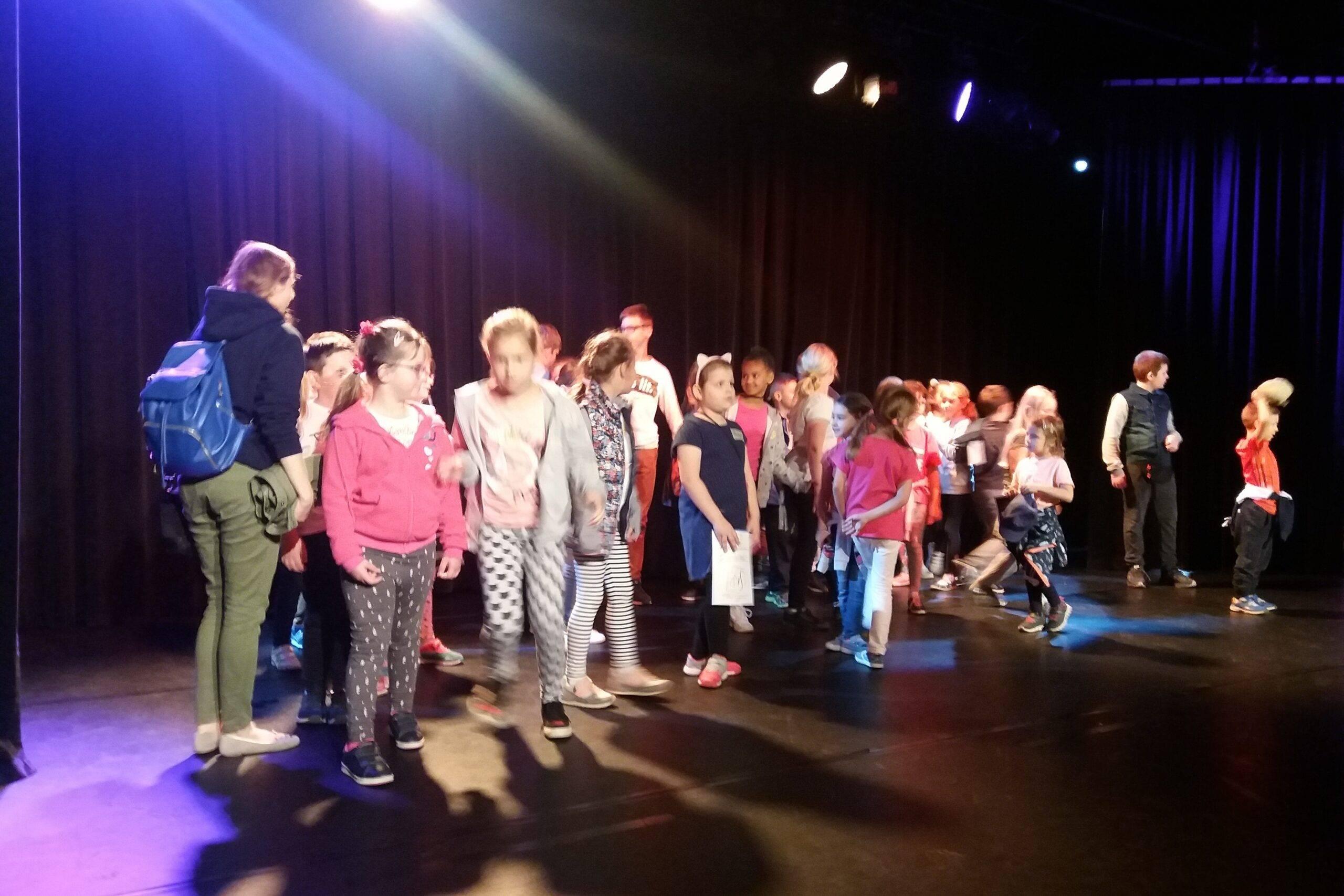 Półkolonie - Uczestnicy na scenie