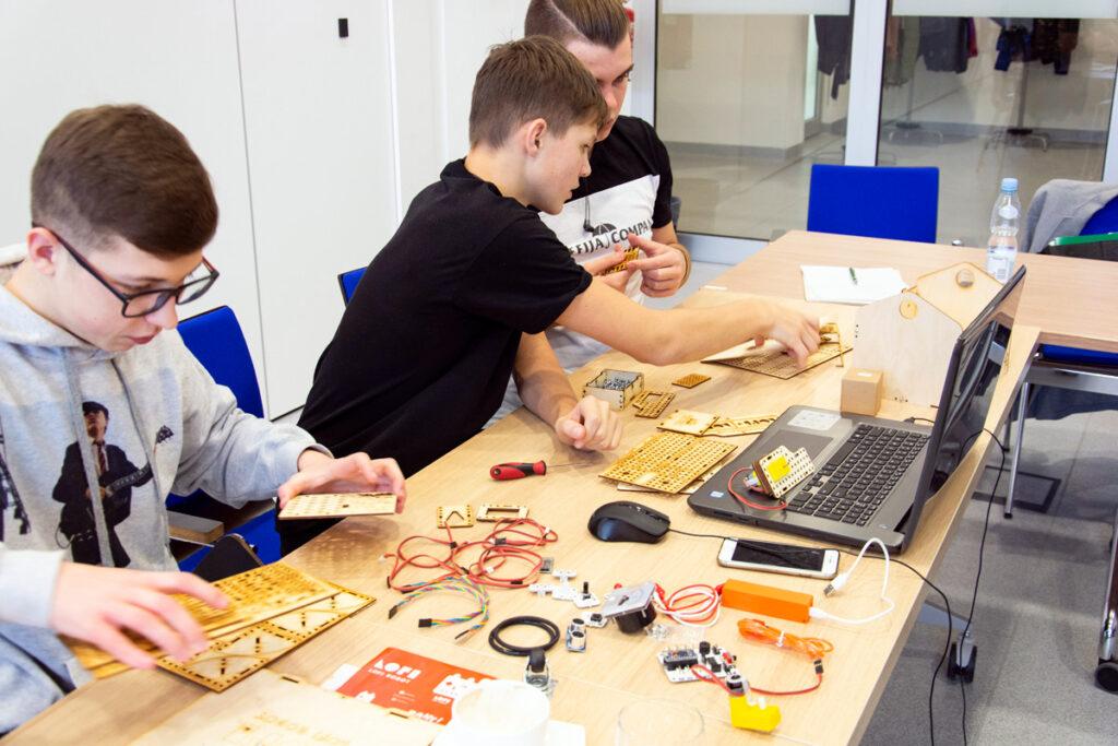 Uczniowie warsztaty robotyka LOFI