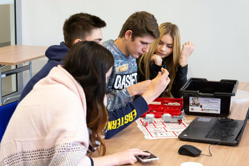 Uczniowie szkoły średnie LEGO Mindstorms