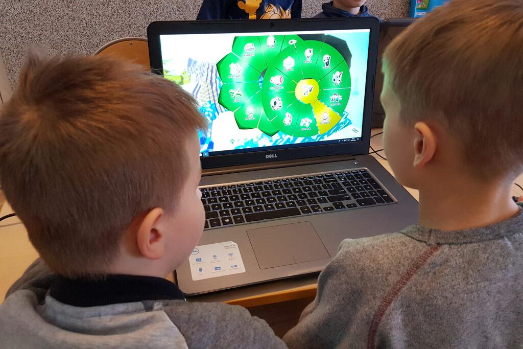 Uczniowie programowanie kodowanie Kodu Game Lab