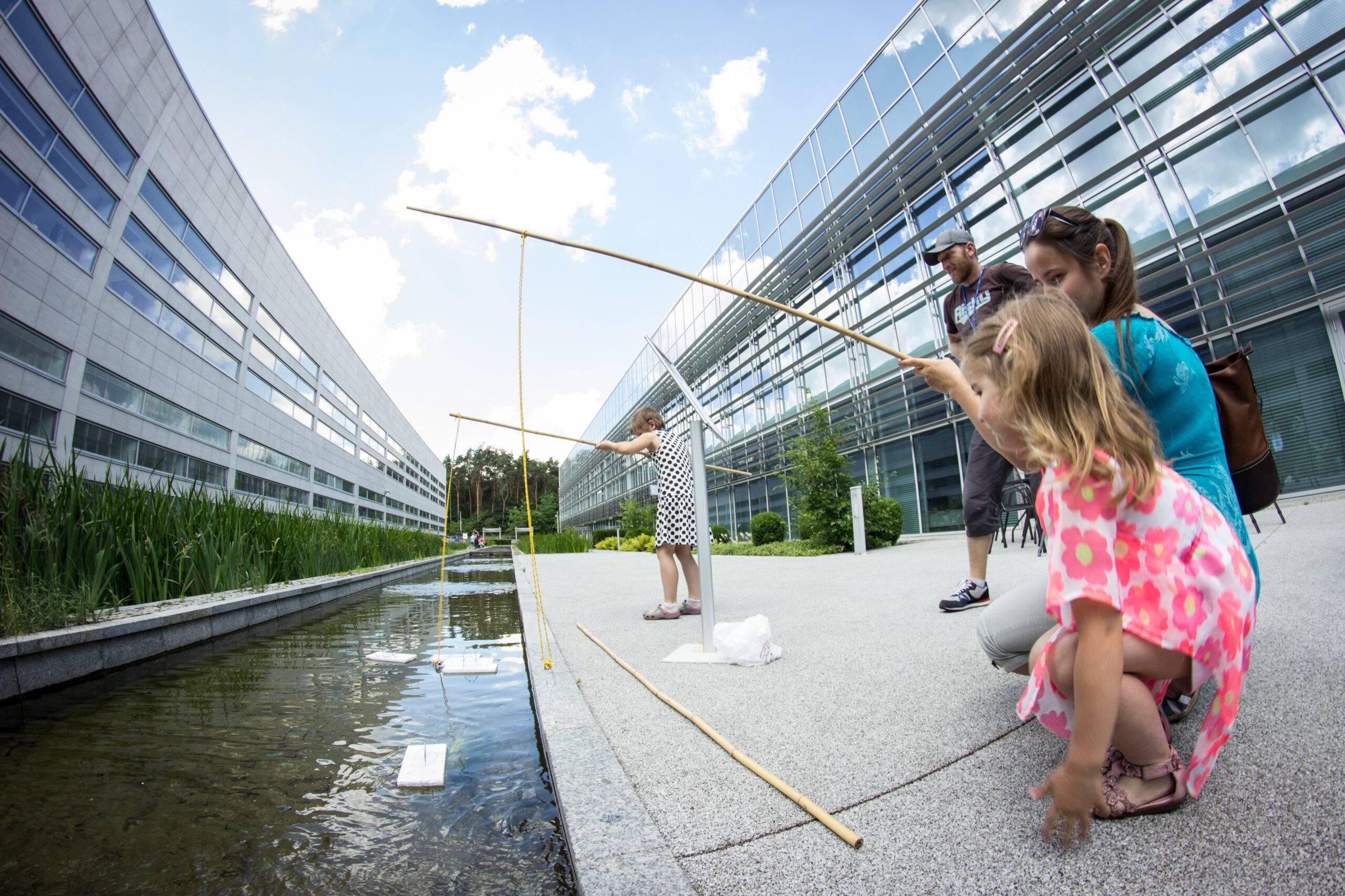Uniwersytet Dziecięcy - Rodzinna współpraca podczas wykonywania zadania