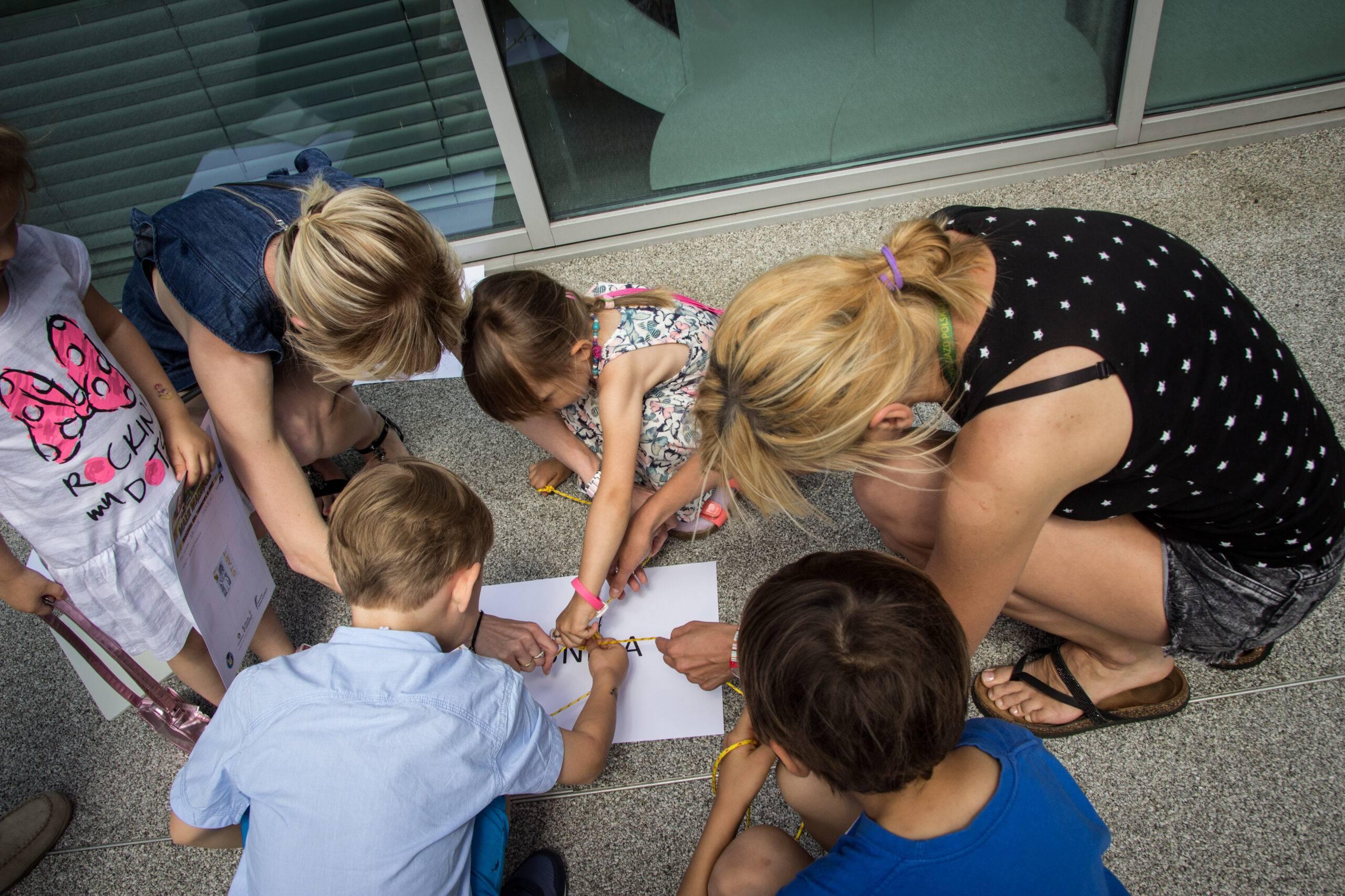 Uniwersytet Dziecięcy - Zadanie na współprace podczas gry terenowej