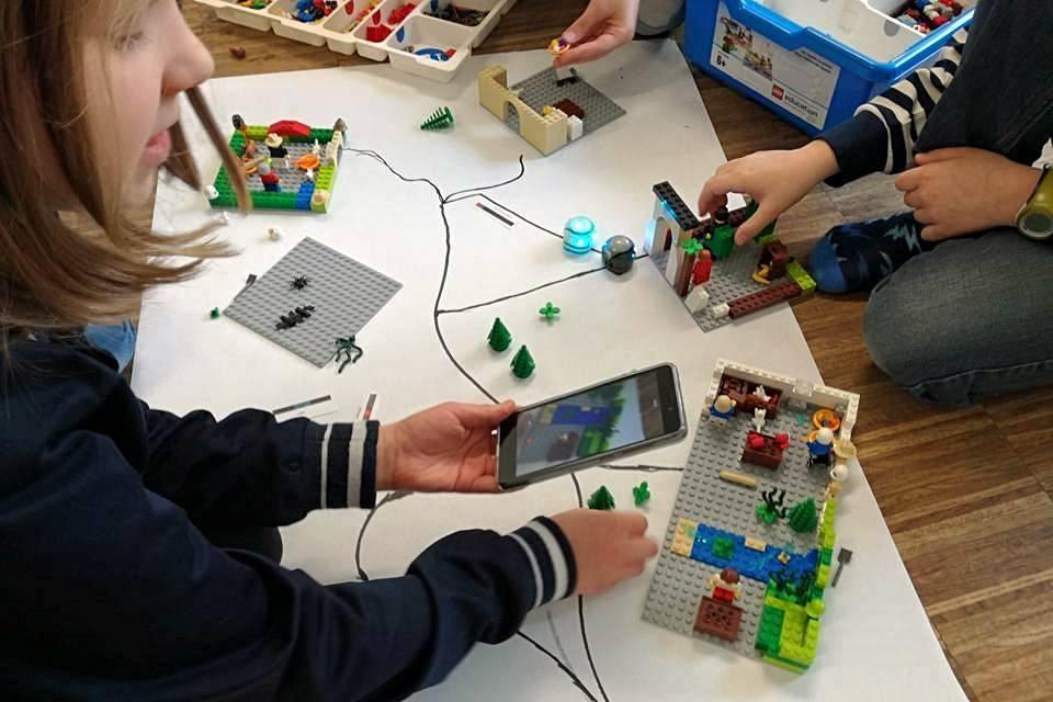 Uniwersytet Dziecięcy - Tworzenie krainy przy użyciu klocków Lego i Ozobotów