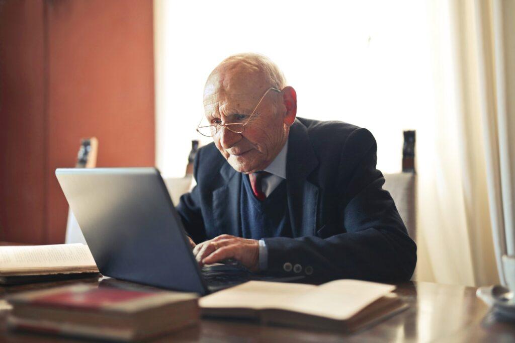 Senior w biurze